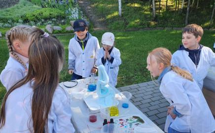 """1b ir 1c klasių dalyvavimas Giliuko laboratorijos edukacijoje """"Žemė – gyvybės planeta""""."""